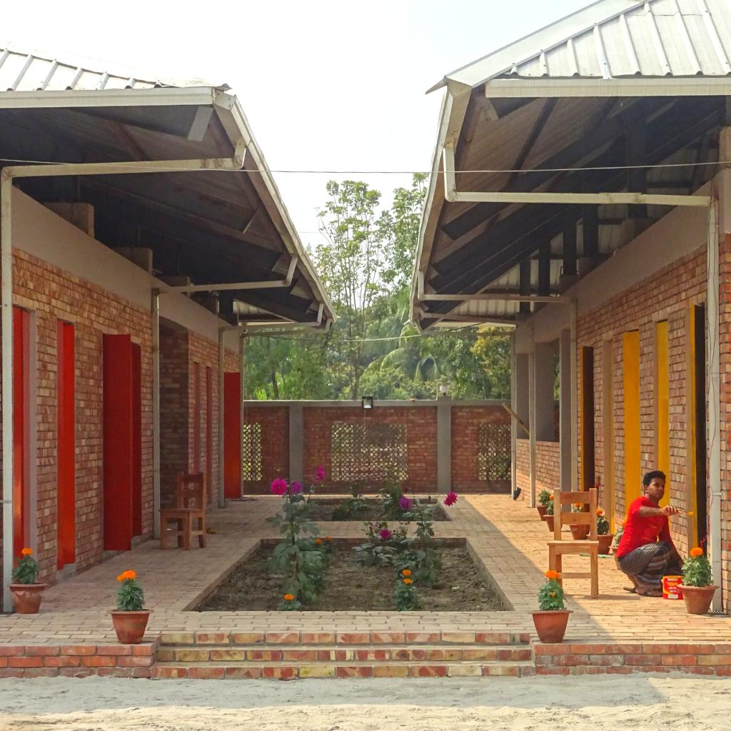 Nebengebäude für Unterricht, Wohnen und Essen